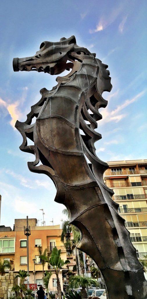 Escultura a la entrada de Miguel Moreno creada para el acuario de Almuñecar en 2008. Altura de 525 cm.